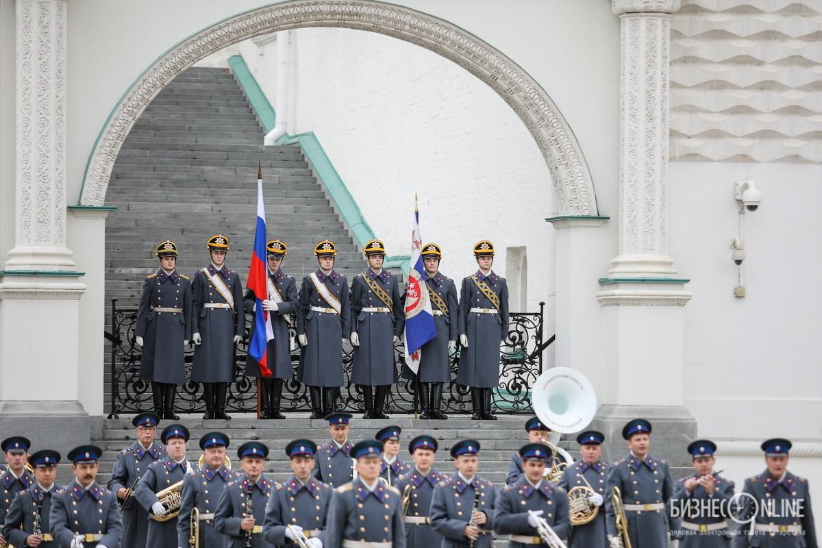 Музыкальное сопровождение обеспечивает президентский оркестр