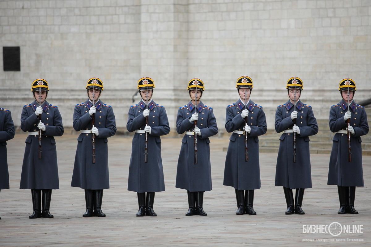В церемониал входит демонстрация строевых приемов с оружием