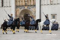 Кавалерийский почетный эскорт выполняет сложные виды конного построения