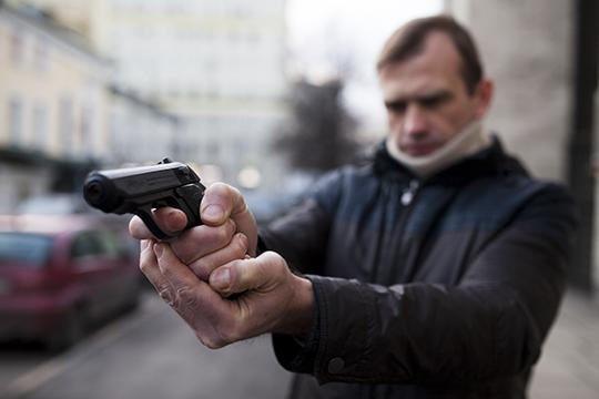У кого-то оказался при себе самодельный пистолет, в итоге несколько человек были увезены в больницу с огнестрельными ранениями. Всего же потерпевших в этой «битве» было пятнадцать человек