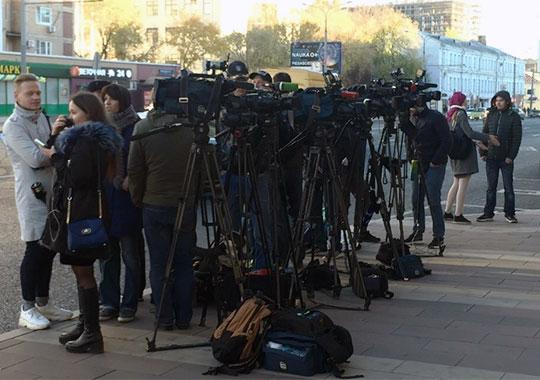 Более полусотни журналистов и операторов буквально окружили главное здание МВД со всех сторон в надежде получить какие-либо комментарии от участников нашумевшего дела