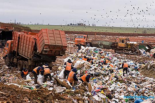 «Если посмотреть объявления вгазетах, среди них встречаются предложения овывозе мусора. Эти частные перевозчики— мыихназываем «черными»,— конечноже, невезут мусор наполигон»