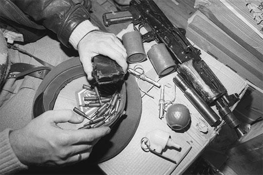 «Любимовские»располагали внушительным арсеналом— автоматами Калашникова, гранатами, снайперскими винтовками, пистолетами идаже якобы имели два бронетранспортера…