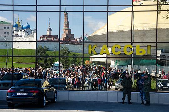 Стадион расположен прямо напротив Кремля, оберегаемого ЮНЕСКО