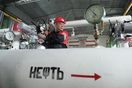 Почему нефть дорожает, арубль слабеет? Потому что стоит задача обеспечить максимальный вывоз изстраны сырья икапитала