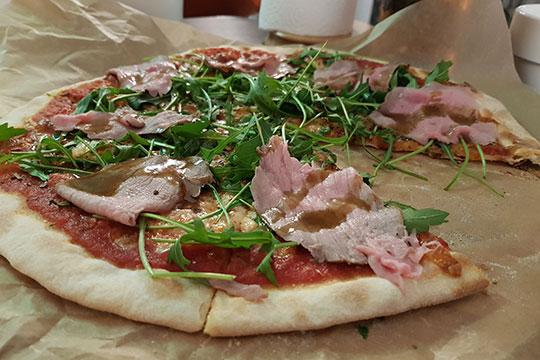 Пиццу сростбифом руками есть удобно (особенно когда она чуть-чуть остынет), нотак бывает невсегда