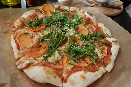 По поводу еды. Пицца на классическом тонком тесте, 38 сантиметров. Пять постоянных вариантов и один еженедельно меняющийся — так называемая Weekend Pizza