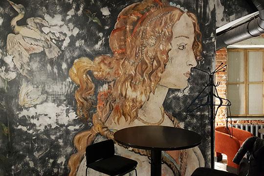 Наодной— всреднем зале анфиладной цепочки— большая вариация натему «Портрета молодой женщины» Сандро Ботичелли