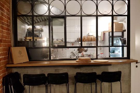 Кухня, кстати, открытая: можно понаблюдать заработой пиццайолы