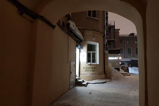 Здание по адресу на Кави Наджми, 5, где поселилась пиццерия, интересно и своей историчностью, и близостью к улице Баумана. Вход — в подворотне, простите, во внутреннем дворике: надо пройти через арку