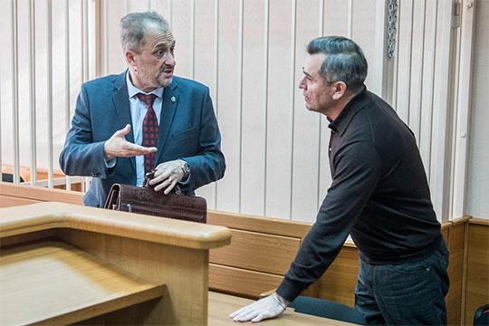 Компанию пришедшему всуд Идрисову составил защитникОлегШемаев (слева), который считает, чтовсе необходимые следственные действия были уже проведены, ановых доказательств вделе из41 тома нет инебудет