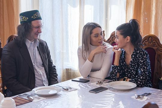 Был среди гостей, как всегда в тюбетейке, и «главный татарский директор» школы СОлНЦе Павел Шмаков (слева)