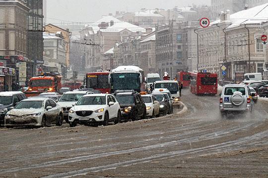 Сегодня с раннего утра Казань застряла в многокилометровых пробках, причиной которых стали многочисленные ДТП из-за снежного мартовского бурана