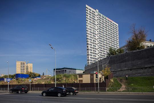 ВКазани торчащий вгордом одиночестве 27-этажный Clover (даеще инахолме!) уже нераз подвергался жесткой критике