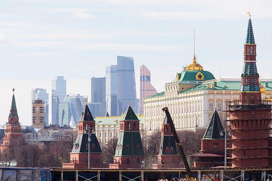 Москва дает пример лояльного отношения к «глумлению» над историческим обликом. Снекоторых ракурсов внебе над Кремлем возникает удивительный визуальный эффект: над ним буквально висит громада Москва-Сити