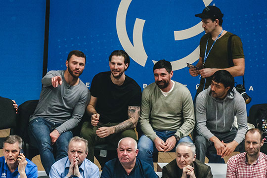 Среди попавших на матч счастливчиков оказались и хоккеисты «Ак Барса»