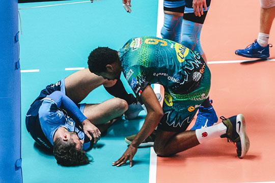 Александр Бутько после блока приземлился на ногу Артёму Вольвичу и с криком упал на площадку. «Это была нетаигра, чтобы обращать наэту травму внимание»,— сказал Бутько после матча