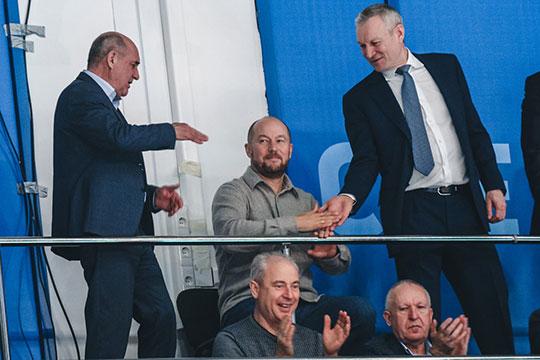 В какой-то момент к Леону подошли президент казанского клуба Рафкат Кантюков и руководитель аппарата президента РТ Асгат Сафаров