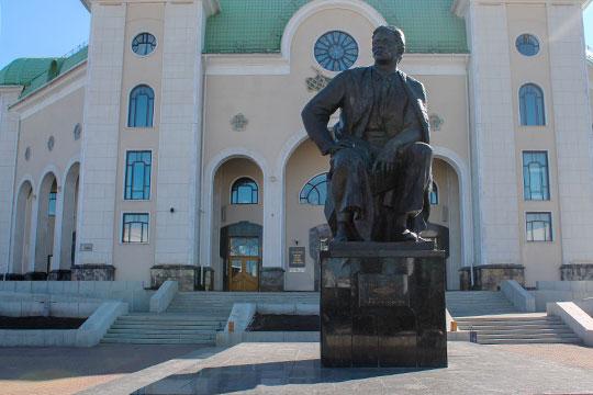 «Мажит Гафури стоит перед башкирским театром, Тукай — перед татарским. Это вполне обоснованно»
