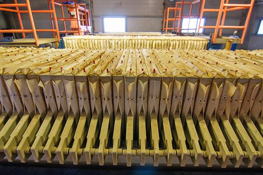 «Сейчас унас выпускается 1 миллион кубометров МДФ иламината вгод. Это максимальная мощность нашего предприятия, мыработаем круглосуточно»