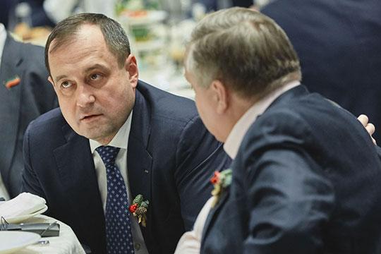 Самый крупный собственник «Камкомбанка» — действующий предправления «Ак Барс» банка Зуфар Гареев, которому принадлежит 40% капитала организации