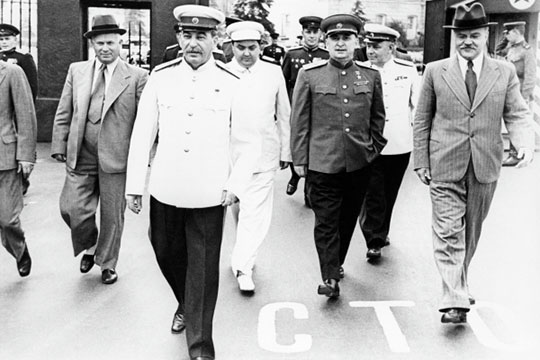 «Сталин (второй слева) остался в истории «великим вождем». Маленков (в центре) мог стать лучшим наследником, но партийная верхушка совершила фактический переворот, выдвинув Хрущева (слева)»