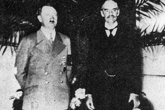 «Гитлер (на фото Невиллом Чемберленом)был засоюз сАнглией»