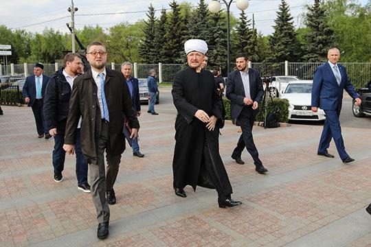 Среди толпы серьезных мужчин и женщин в ярких стильных платьях и хиджабах, появился Равиль Гайнутдин. Он степенно шел в сопровождении муфтия Москвы Ильдара Аляутдинова
