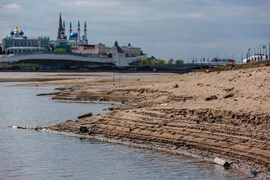 По всей поверхности Волги и Казанки появились оголившиеся островки суши