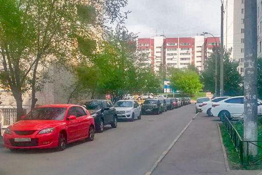 Машины там припаркованы как попадется — кто успеет, тот ставит вдоль дороги, кому повезло меньше — ютятся на тротуарах или даже у дверей подъездов