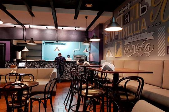 Слияние ресторанов решили сделать довольно механически: просто снесли стены между ними. Получились три зала, соединенные переходами, в каждом из которых сохранились остатки интерьера предыдущей эпохи