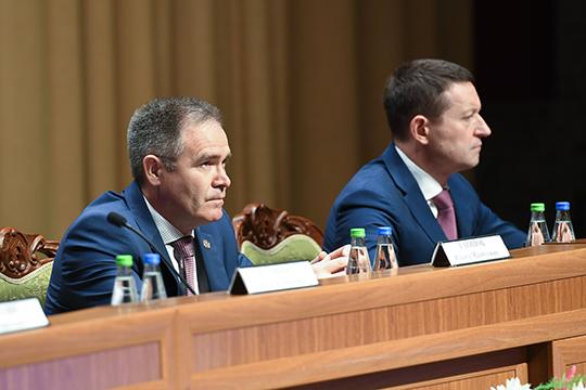 Делегатом откомпании Маганов, будучи вкомандировке, прислал своего заместителя поремонту ибурению скважинРинатаШафигуллина (справа)