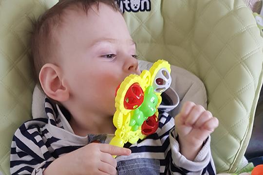 Вследствие ДЦП малыш не ходит, а при внезапном приступе эпилепсии в любой момент может свалиться с дивана