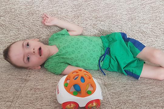 Ребенок появился на свет обвитым пуповиной, весил всего 910 граммов, его положили в реанимацию, подключили к аппарату искусственной вентиляции легких