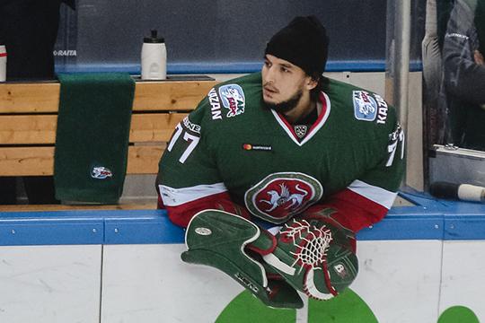 В Казани осталось всего лишь два хоккеиста, которые работают с Романовым — это вратарь Эмиль Гарипов (на фото), продливший контракт с клубом ещё прошлым летом, а также форвард Вячеслав Основин