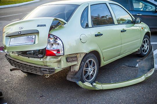 Водителям трех автомобилей, которые лихач протаранил, сейчас предстоят хождения постраховым компаниям— для оформления документов импридется ездитьвНижнекамск за45 километров