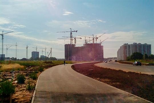 На строительстве 4 квартала ЖК «Салават Купере» на улице Наиля Юсупова сегодня утром только два крана из почти двух десятков начали двигаться