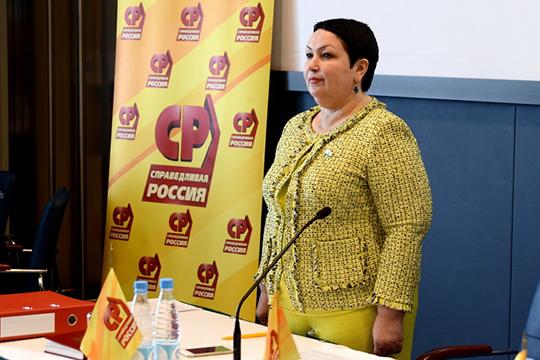 Лидер татарстанских эсеровРушания Бильгильдееванетолько проводит «живые» встречи сизбирателями, нообщается сними в соцсетях