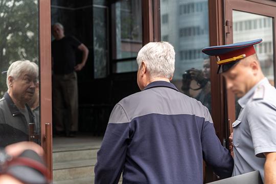 Всопровождении сотрудника ФСИН приехал Роберт Ренатович. Онулыбался, нескрывал взгляда