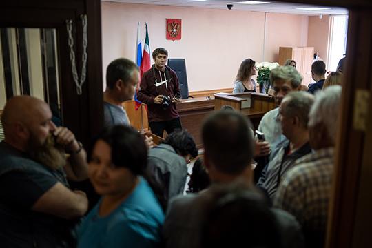 Администрация Вахитовского суда пошла набесперцедентные меры: взале открыли дверь для тех, кто впомещении непоместился— полный soldout!