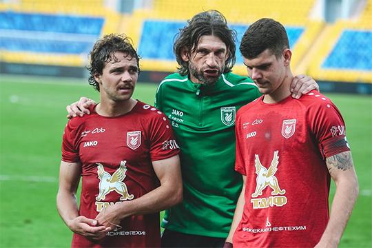 «С участием Коновалова (справа) в конце матча произошёл любопытный момент. Ему передали записку от тренеров»