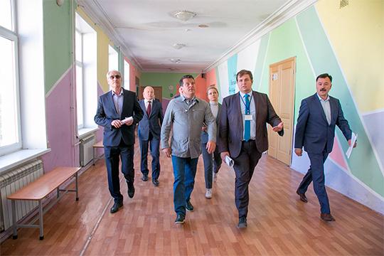На выделенные средства впервые обновили территории 48 школ, капитально отремонтировали 30 спортивных залов, 39 школьных столовых и 10 актовых залов