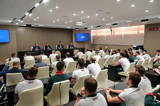 Новый пресс-центр — огромный: в него спокойна поместилась вся команда, персонал, тренерский штаб, журналисты и операторы