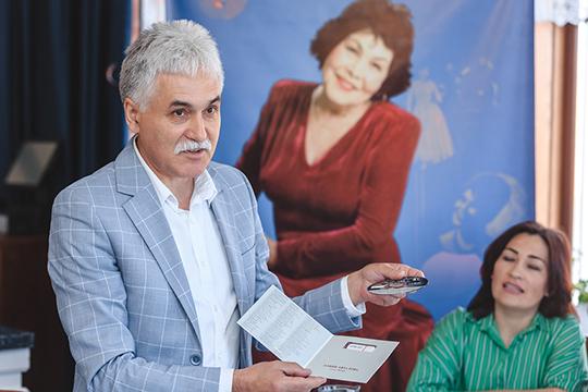 Рустем Сарваров рассказал о том, что готовится караоке с песнями из репертуара Альфии Авзаловой, причем под оркестровую мелодию