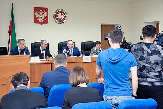Трагическое ДТП произошло накануне окончания срока приема документов на конкурс для желающих занять кресло Идрисова (второй слева)