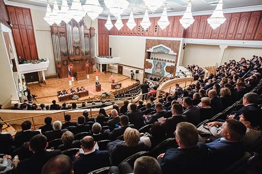 Во время зачитывания своей 52-минутной речи президент то и дело включал интерактив, поднимая с мест приглашенных победителей чемпионата WorldSkills, школьных олимпиад, успешных фермеров