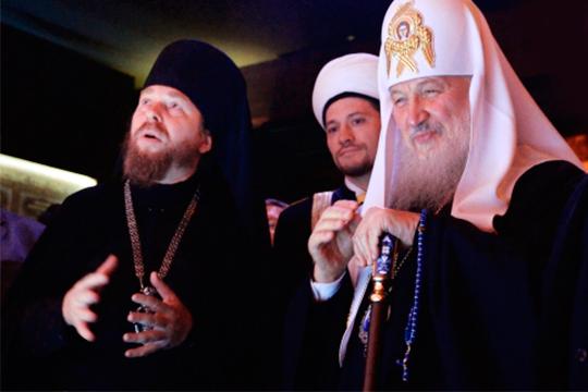 Тихон Шевкунов (слева) и патриарх Московский и всея Руси Кирилл (справа)