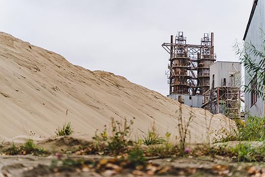 """У КЗССМ есть собственное производство песка, из которого процентов на 90 состоит силикатный кирпич. С поставками песка на территорию завода оказался связан один из """"скелетов в шкафу"""" предприятия"""