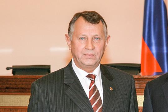 Джаудат Саляхов, отец экс-гендиректора КЗССМ, в настоящее время работает заместителем исполнительного директора Госжилфонда при президенте РТ