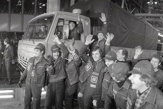 «Так ипразднуем 13декабря 1969 года— как начало строительства «КАМАЗа» и16февраля 1976 года— день выпуска«первого автомобиля (на фото)»